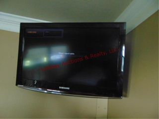 Samsung tv w  remote  buyer unhooks from wall