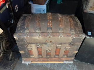 Vintage Round Top Trunk With Insert 29x19x24