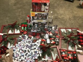 ASSORTED PALLET WITH CHRISTMAS ORNAMENTS AND TREE DECORATIONS! SEE PICS!