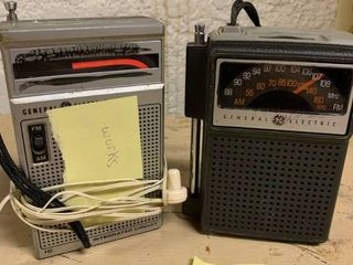 lot of 2 Vintage GE AM FM Portable Radios   Both Turn On