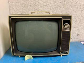 Vintage Sears Silvertone Medalist Television   Turns On