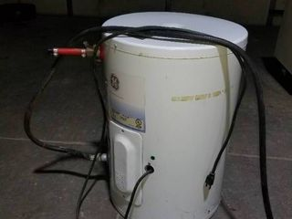 10 gal  hot water heater  works