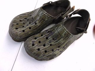 Mens Crocs - Mens 10 - One Strap Broken
