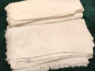 1  White Bedspread  1  Chenille Dual King Size