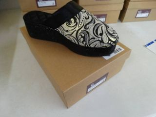 New pair ZsaZsa slippers  Black Gold Win Steen slipper  size 9  New in box