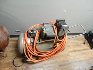 Campbell Hausfeld 20 gallon Air compressor on Wheels W  air hose