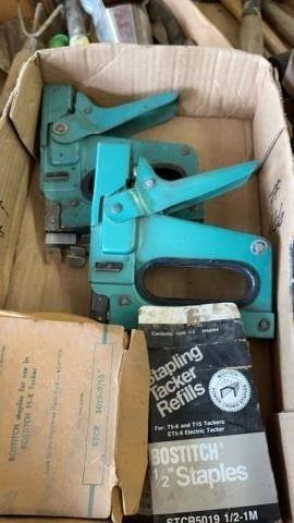 2 STAPlE GUNS WITH STAPlES
