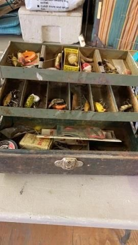 WAlTON METAl TACKlE BOX WITH lURES AND ASSORTED