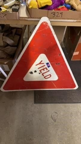 YIElD SIGN  FEW BUllET HOlES   ROADSIZE