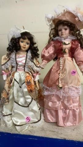 2 BEAUTIFUllY DRESSED PORCElAIN DOllS