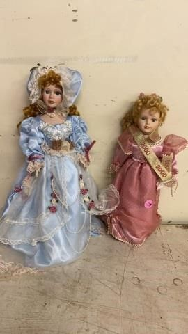 1 PORCElAIN DOll FROM 2000 AND ONE IN lACY BlUE