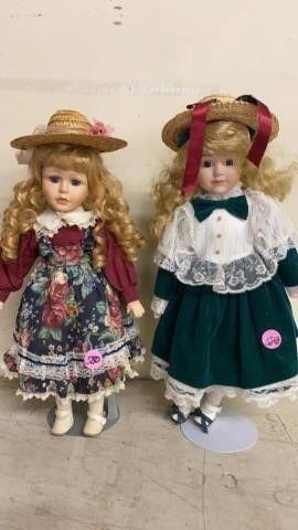 2 PORCElAIN SCHOOl GIRlS DOllS