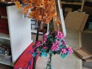 APPROXIMATElY 5  TAll ARTIFICIAl FAll lIGHTED