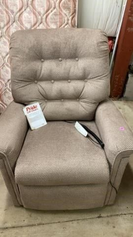 PRIDE lIFT CHAIR lIKE NEW   ONlY USED A MONTH