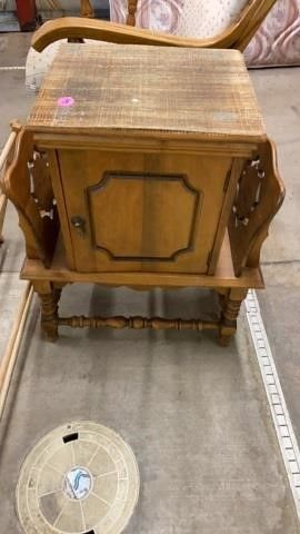 FANCY lITTlE END TABlE WITH STORAGE AND MAGAZINE