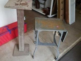 METAl DESK SIDES FOlD DOWN AND A PlANT STAND