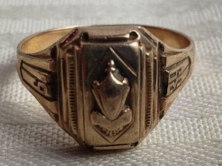 1939 ladies 10K Gold Class Ring   3 grams TW