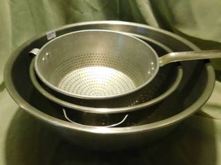 Mixing Bowl   Colanders  2 ea