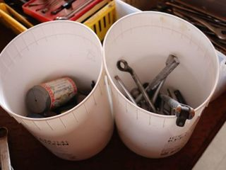 2 PAIlS OF TOOlS