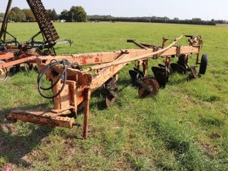 IH 5 F SEMI MOUNT PlOW WITH PACKER HITCH