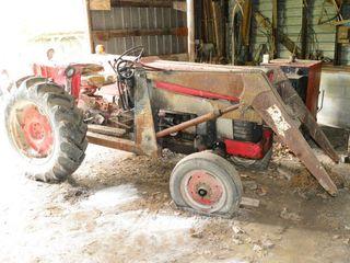 M F  150 Gas Tractor wi loader Starts   Runs