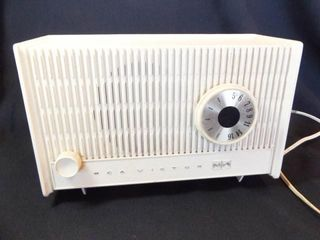 RCA Victor Tube Electric Radio   powers on