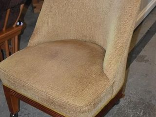 UPHOlSTERED CHAIR ON CASTER