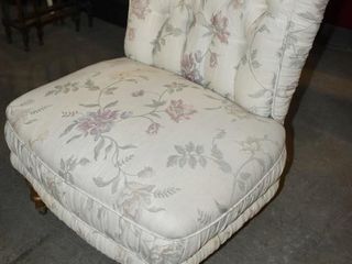 TUFTED FlORAl UPHOlSTERED CHAIR ON CASTER
