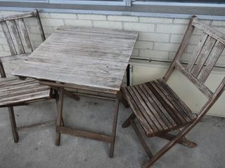 PATIO TABlE W  2 CHAIRS