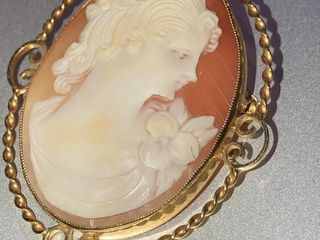 SHEll CAMEO PIN PENDANT STAMPED 9kt YEllOW GOlD
