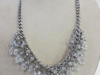 CRYSTAl NECKlACE ON SIlVER METAl CHAIN   22