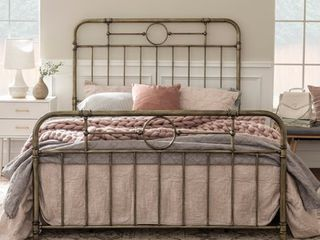 Middlebrook Designs Classic Antique Finish Metal Pipe Bed   Queen   Retail 424 99