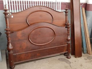 WAlNUT VICTORIAN DOUBlE BED WITH RAIlS