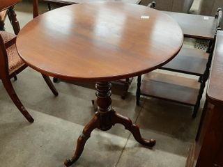 WAlNUT EMPIRE PARlOR TIlT TOP TABlE  29  D X 30 H