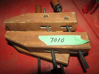 2 wood clamps and lot of metal spring clamps
