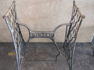Vintage Cast Iron Singer Sewing Machine Base location 1F Middle