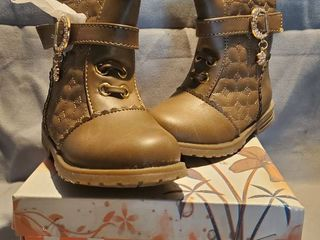 NIB Pair of lucita Kids Size 6 Brown Boots ith Flower Jewl and Side Zipper