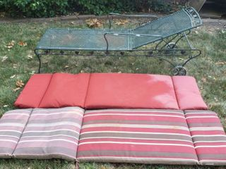 Green Metal Mesh Adjustable lounger w 2 Cushions   74 x 24 in  wide   one arm bent and no rubber on wheels