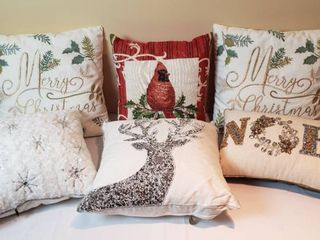 6 Holiday Throw Pillows w Tote