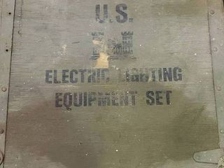 U S  Army portable lighting kit in wood case