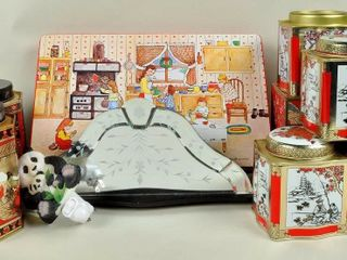 Assorted lot with Collectible Tins