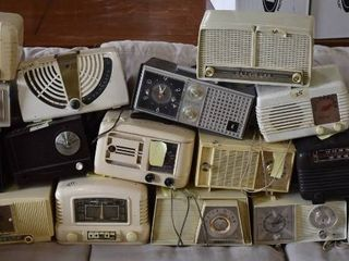 lot of 16 Vintage Tabletop Bakelite AM FM Radios   Most are Untested or Not Working For Parts   Brands Models in Description