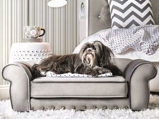 Mola Traditional Rolled Arms Tufted Pet Bed