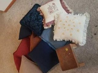 MISCEllANOUS ASSORTMENT OF THROW PIllOWS AND A