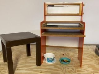 CHIlDS PlAY CENTER WITH PEGS AND CHAlK BOARD WITH