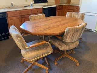 KITCHEN TABlE WITH FOUR CHAIRS ON ROllERS