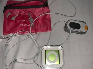 IPod Shuffle and Earbuds location C3