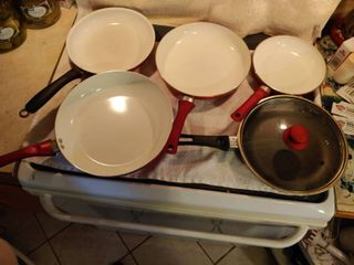 4 Red 1 Black Pans with Top