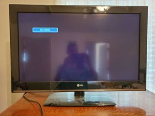 lG 32 Inch TV without Remote  Powers on  Tested and Working
