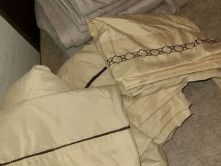 QUEEN BEDDING  2 Sets and 1 Random fitted